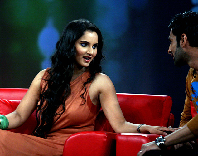 Indian tennis player Sania Mirza (L) interacts with husband Pakistani cricketer Shoaib Malik on the set of NDTV's television show 'Issi Ka Naam Zindagi' in Mumbai.