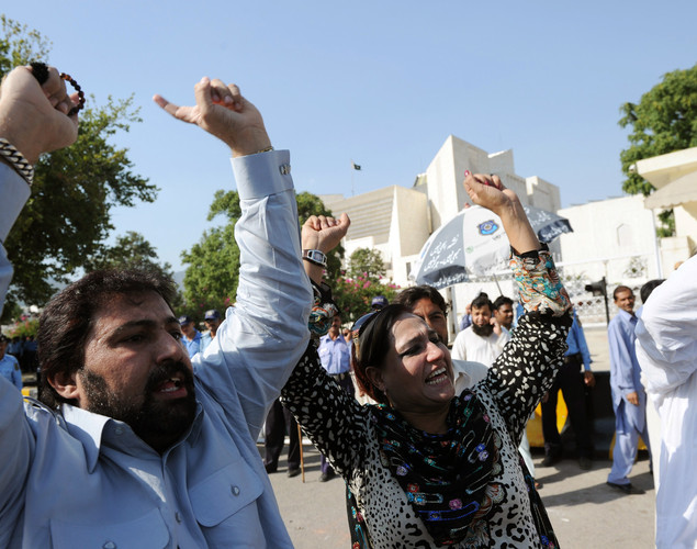 Activists of ruling Pakistan Peoples Party (PPP) shout slogans against the Supreme Court Chief Justice following the verdict against Pakistan's Prime Minister Yousuf Raza Gilani out side the Supreme Court in Islamabad.