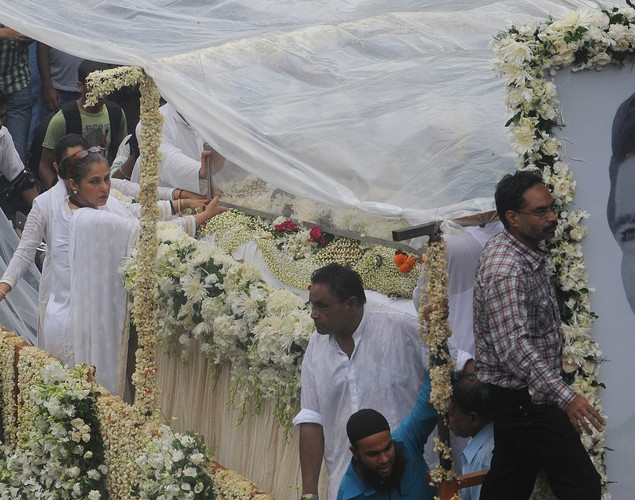 Indian Bollywood actress Dimple Kapadia (2L) travels in a float bearing the coffin of her husband Rajesh Khanna, during a procession to the crematorium in Mumbai.