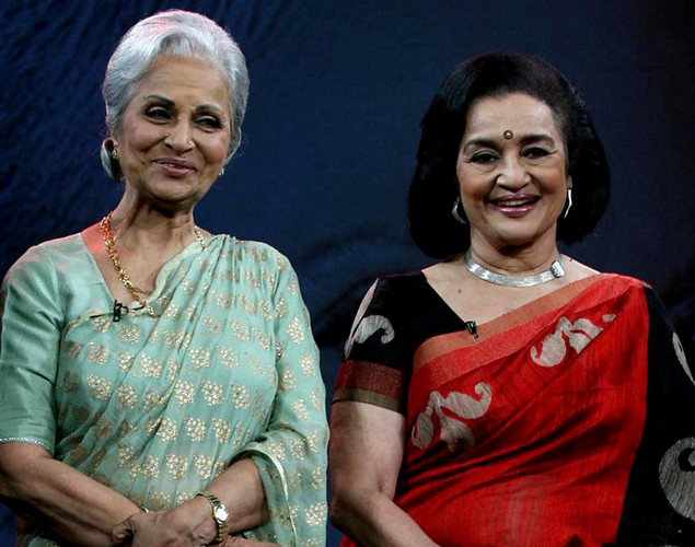 "Waheeda Rehman (R) and Asha Parekh pose onstage during the NDTV talk show ""Issi Ka Naam Zindagi"" in Mumbai on April 19, 2012."