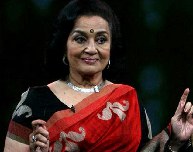 "Asha Parekh performs onstage during the NDTV talk show ""Issi Ka Naam Zindagi"" in Mumbai on April 19, 2012."