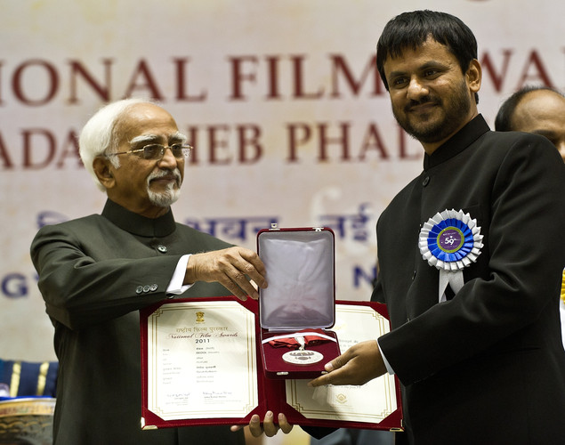 Indian Vice President Hamid Ansari (L) presents the best Actor award to Girish Kulkarni during the 59th National Film Award in New Delhi.