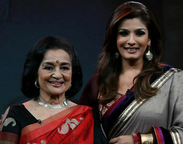 "Asha Parekh (L) poses onstage with show host Raveena Tandon during the NDTV talk show ""Issi Ka Naam Zindagi"" in Mumbai on April 19, 2012."