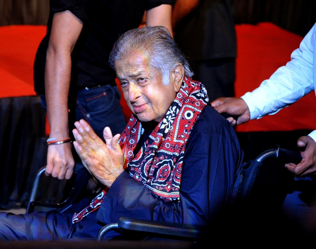 Indian Bollywood actor Shashi Kapoor arrives to attend the 70th Birthday celebration of Bollywood Actor Amitabh Bachchan in Mumbai.