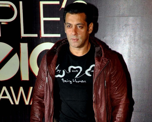 Salman Khan poses as he attends the People's Choice Awards ceremony in Mumbai late October 27, 2012.