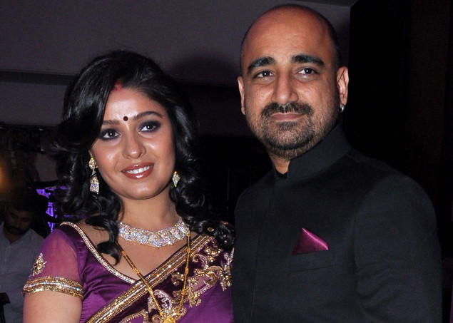 Indian Bollywood playback singer Sunidhi Chauhan (L) poses with her husband Hitesh Sonik