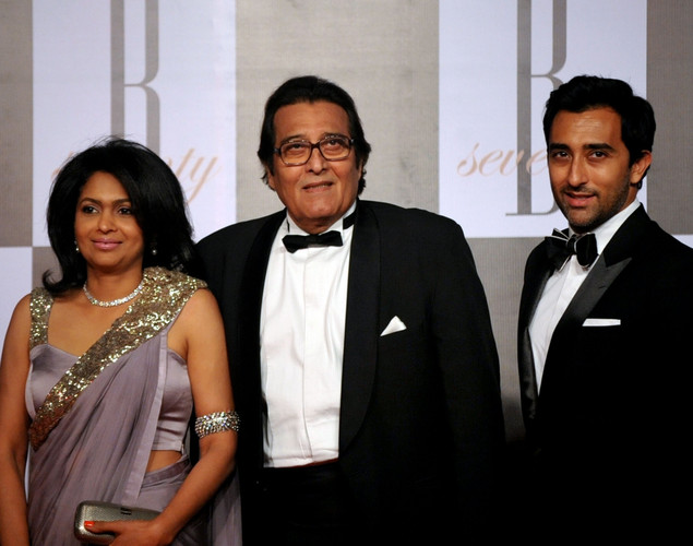 Indian Bollywood actor Vinod Khanna (C) with his wife Kavita (L) and son Rahul Khanna (R) arrive to attend the 70th Birthday celebration of Bollywood Actor Amitabh Bachchan in Mumbai.