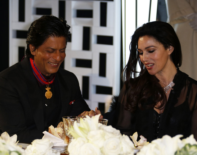 Indian actor Shahrukh Khan (L) speaks with Italian actress Monica Bellucci (R) during the 12th Marrakesh International Film Festival.