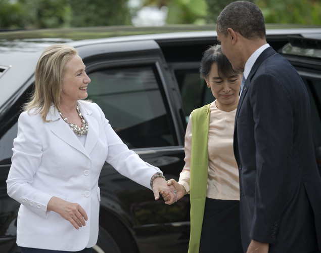 US Secretary of State Hillary Clinton (L) and US President barack Obama (R) are greeted by Myanmar pro-democracy leader Aung San Suu Kyi (C) at her residence in Yangon.
