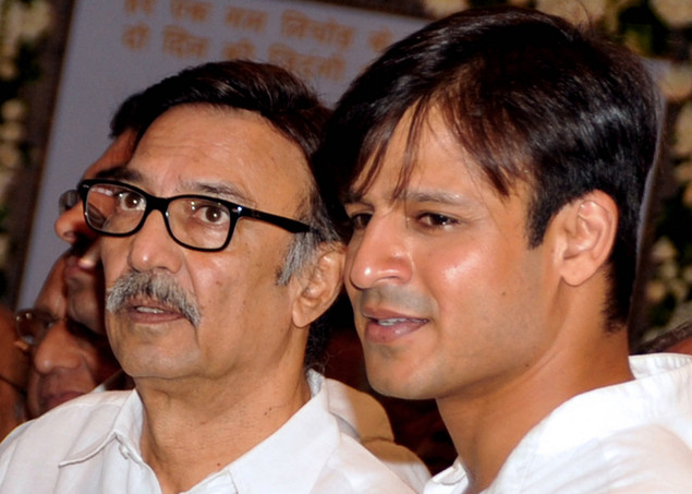 Vivek Oberoi (R) with father Suresh Oberoi attend a prayer function in memory of late actor Rajesh Khanna in Mumbai on July 21, 2012.