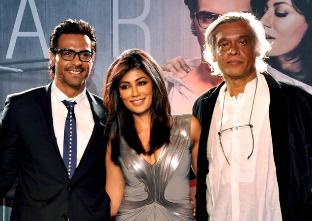 Chitrangada Singh (C) poses with Arjun Rampal (L) during the launch of the forthcoming Hindi film 'Inkaar' Calendar 2013 directed by Sudhir Mishra (R) in Mumbai late December 27, 2012.