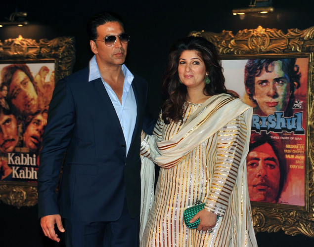 Bollywood film actor Akshy Kumar (L) and his wife Twinkle Khanna pose on the red carpet at the premiere of the Hindi film 'Jab Tak Hai Jaan' in Mumbai.