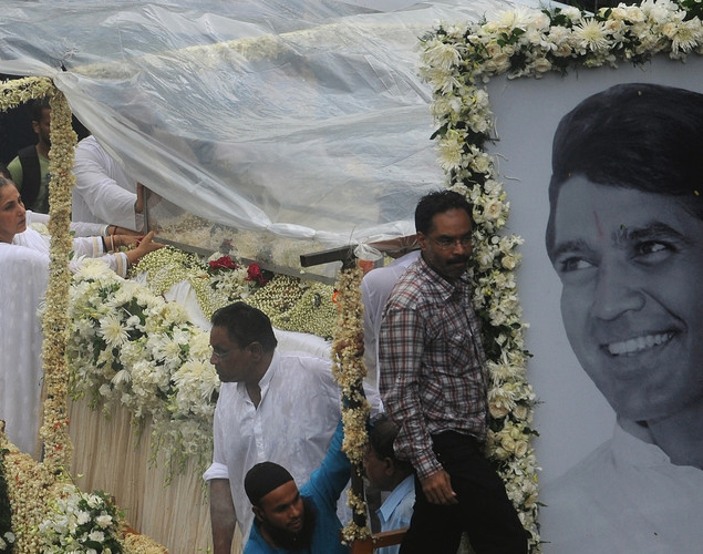 Indian Bollywood actress Dimple Kapadia (L) travels in a float bearing the coffin of her husband Rajesh Khanna, during a procession to the crematorium in Mumbai.