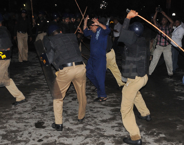 Pakistani policemen baton charge Shiite Muslims protesters in front of the US consulate building during a rally against an anti-Islam movie in Lahore .