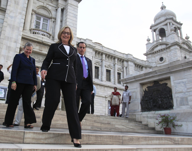 Us Secretary of State Hillary Clinton (C) walks down the steps of the Victoria Memorial Hall in Kolkata.