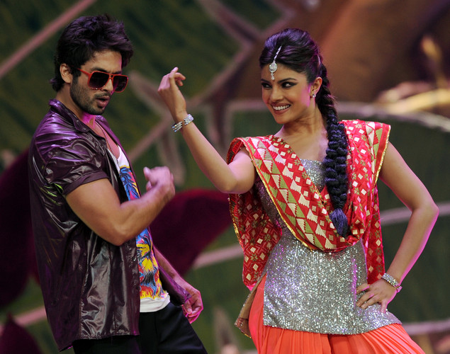 Bollywood stars Shahid Kapoor (L) and Priyanka Chopra perform on stage during the International Indian Film Academy (IIFA) awards ceremony in Singapore.