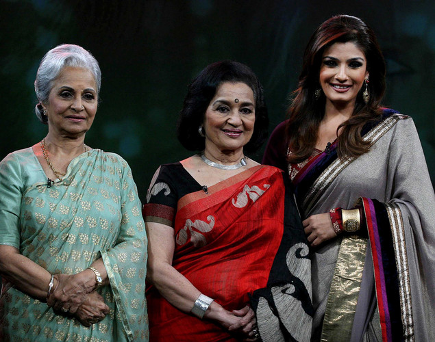 Waheeda Rehman (R) and Asha Parekh (C) pose onstage with show host Raveena Tandon (R) during the NDTV talk show 'Issi Ka Naam Zindagi' in Mumbai on April 19, 2012.