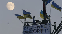 Ukrainian opposition presses with massive rally