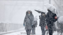 Modest Eastern snowstorm brings closures, delays