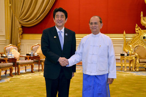 Myanmar's President Thein Sein (R) greets Japan's PM Shinzo Abe in Naypyidaw, on May 26, 2013