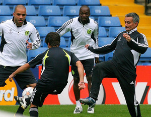Jose Mourinho (R) takes part in a Chelsea training session at Stamford Bridge on September 17, 2007