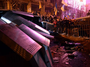 Protesters defend their barricades in front of riot policemen on Independence Square in Kiev, on December 11, 2013