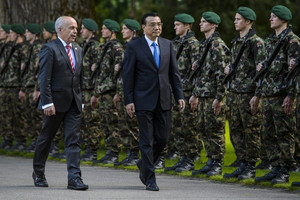China's PM Li Keqiang (R) and Swiss President Ueli Maurer inspect an honor guard in Kehrsatz, on May 24, 2013