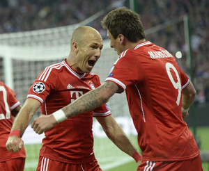 Bayern Munich's Mario Mandzukic celebrates scoring the opening goal with Arjen Robben (L) in London, May 25, 2013
