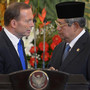 Indonesia's President Susilo Bambang Yudhoyono (right) talks to Australia's Prime Minister Tony Abbott after talks in Jakarta, on September 30, 2013