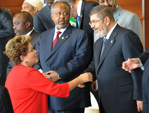 Brazilian President Dilma Vana Rousseff (L) greets her Egyptian counterpart (R) in Addis Ababa, Ethiopia, May 25, 2013