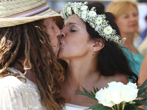 A couple kisses during a mass civil wedding ceremony for around 100 Israeli and Russian couples, organised by the Larnaca municipality and Israeli travel agents, in the southern Cypriot port city, on June 25, 2012