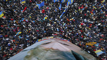 Anti-govt protesters in Kiev topple Lenin statue